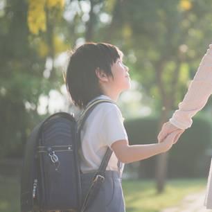 Myka Schauffer: Ein asiatisches Kind an der Hand einer Frau