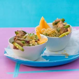 Melonen-Reisnudel-Salat mit gebratenem Fleischspieß
