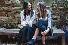 Studie: Zwei Freundinnen unterhalten sich