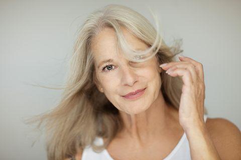 Graue Haare: Pflege für graue Haare