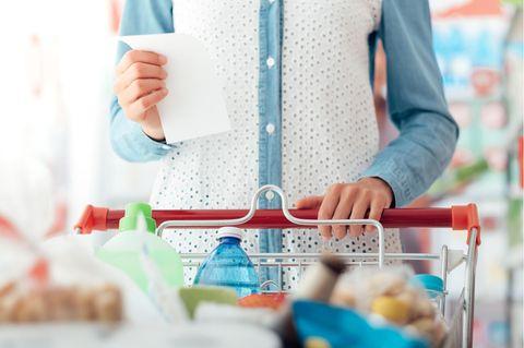 Geld sparen leicht gemacht: Frau mit Einkaufswagen