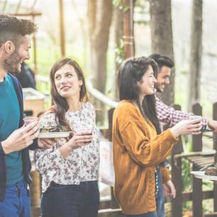 Corona aktuell: Vier Menschen bei einer Grillparty