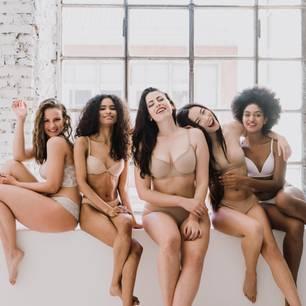 Unterwäsche vor 30: Frauen in Unterwäsche auf Fensterbank