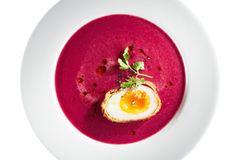Kalt gestellte Kokossuppe mit Rote Bete und krossem Ei