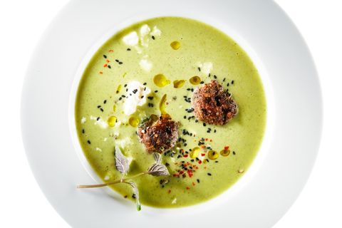 Verschärfte Zucchini-Curry-Suppe mit Beefballs