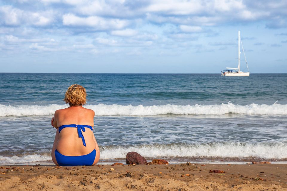 Hotel Cuxhaven will keine Übergewichtigen: Frau am Strand