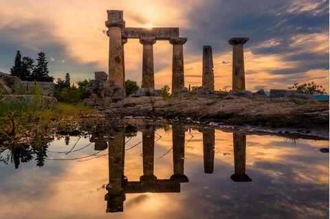 Korinthenkacker: Blick auf historische Bauwerke in Korinth