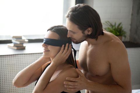 Sex-Helferlein: Ein Mann verbindet seiner Freundin die Augen