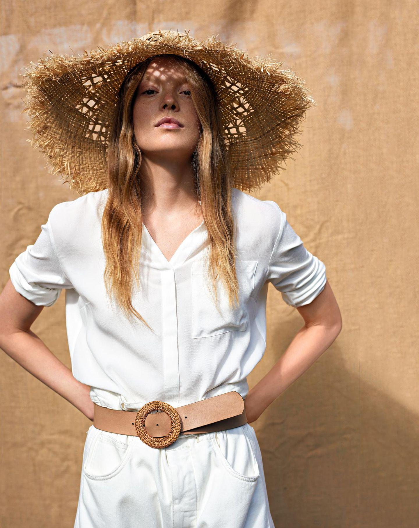 Sommermode 2020: Bluse aus Viskose und weiße Jeans