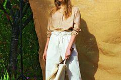 Sommermode 2020: Camelfarbene Leinenbluse mit  High-Waist-Jeans