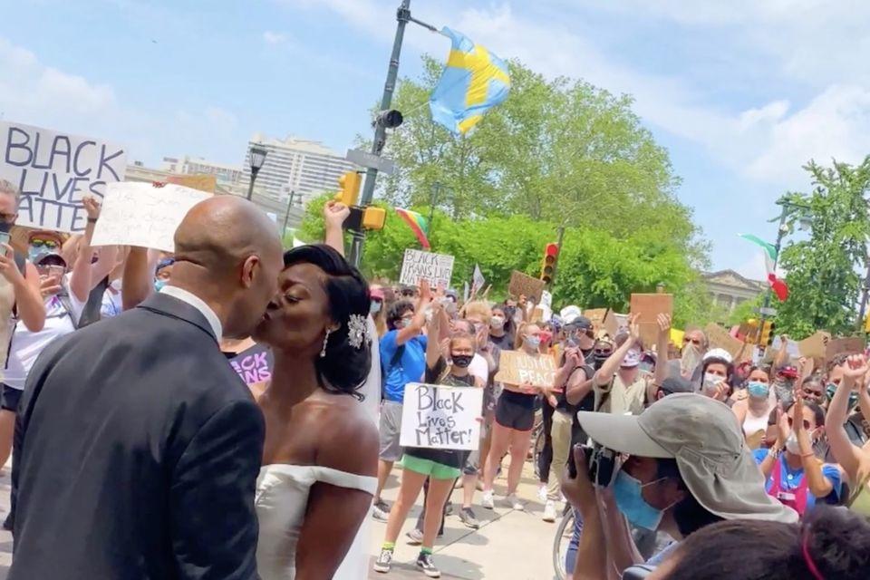 Black Lives Matter: Hochzeit mitten auf Demo