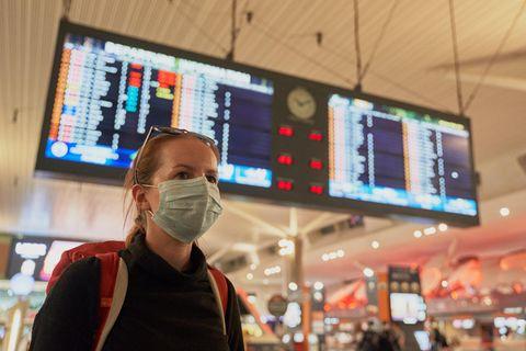Corona und Fliegen: Frau mit Maske