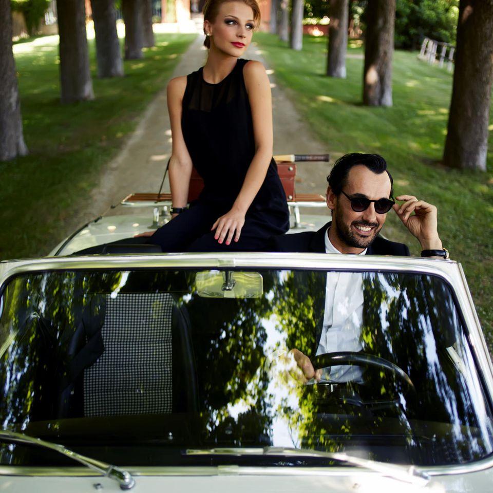 Geld in der Beziehung: Frau und Mann im Cabrio