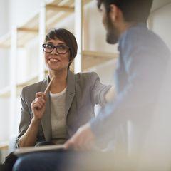 Gehalt verhandeln: Frau im Gespräch mit Mann
