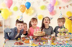 Kindergeburtstag Ideen: Kinder mit Geburtstagskuchen