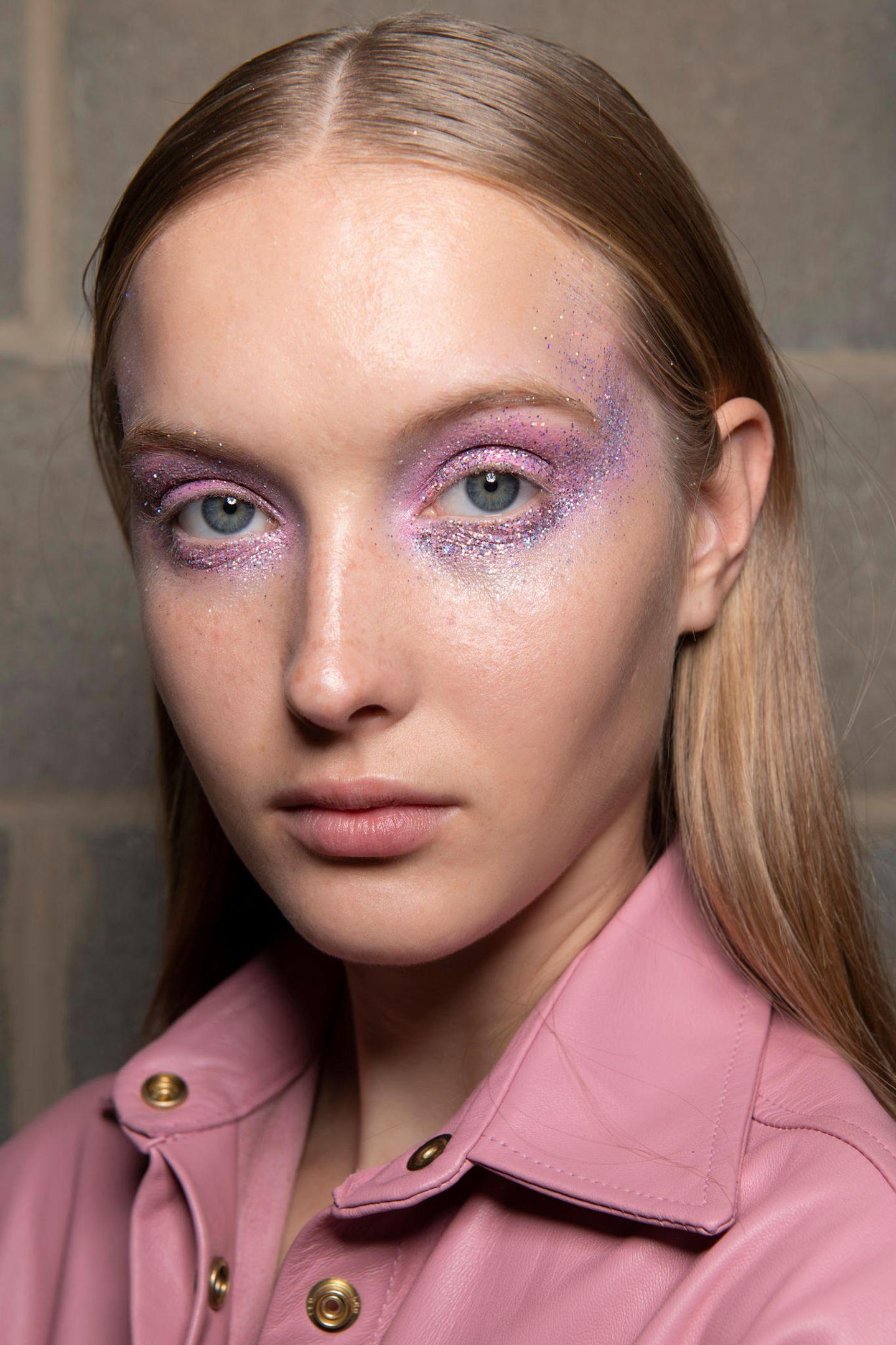 Ein hübscher Violettton auf den Lidern steht besonders Dunkelblonden gut. Violett-Nuancen, die eher ins bläuliche gehen, passen super zu Hellblonden mit blauen Augen, Töne mit bräunlichen Nuancen eher zu dunkleren Blondtönen.