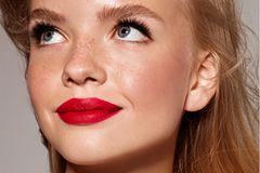 Den Blondinenmund dürfen fast alle Farbtöne schmücken: Rosé, Pink, Nudetöne – aber auch ein kräftiges Rot. Für präzises Auftragen vor dem Lippenstift mit einem Lipliner die Lippen umranden, dabei aber immer beachten: Lipliner und Lippenstift müssen farblich zusammenpassen!