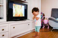 Kind quengelt vor dem Fernseher