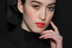 Mit Pinsel und Puder die Lippenränder abpudern. Das schützt vor dem Auslaufen der Farbe an den Lippenrändern. Anschließend die Lippenkontur mit einem Konturenstift umranden. Dann den Lippenstift auftragen und die Lippen danach mit einem Kosmetiktuch abtupfen. Erneut die Lippen mit Pinsel und Puder mattieren, so dass die Farbe nur noch zu erahnen ist. Schließlich Puder und Lippenstift zu einer Schicht verblenden.    Extra-Tipps:    Den Konturenstift ganz leicht und ohne viel Druck von den Mundwinkeln zum Lippenherz ziehen. Anfänger verwenden am besten einen extraweichen Lip-Liner - das geht leichter. Puder trocknet die Lippen leider etwas aus. Nach dem Abschminken solltest du die Lippen unbedingt gut pflegen.