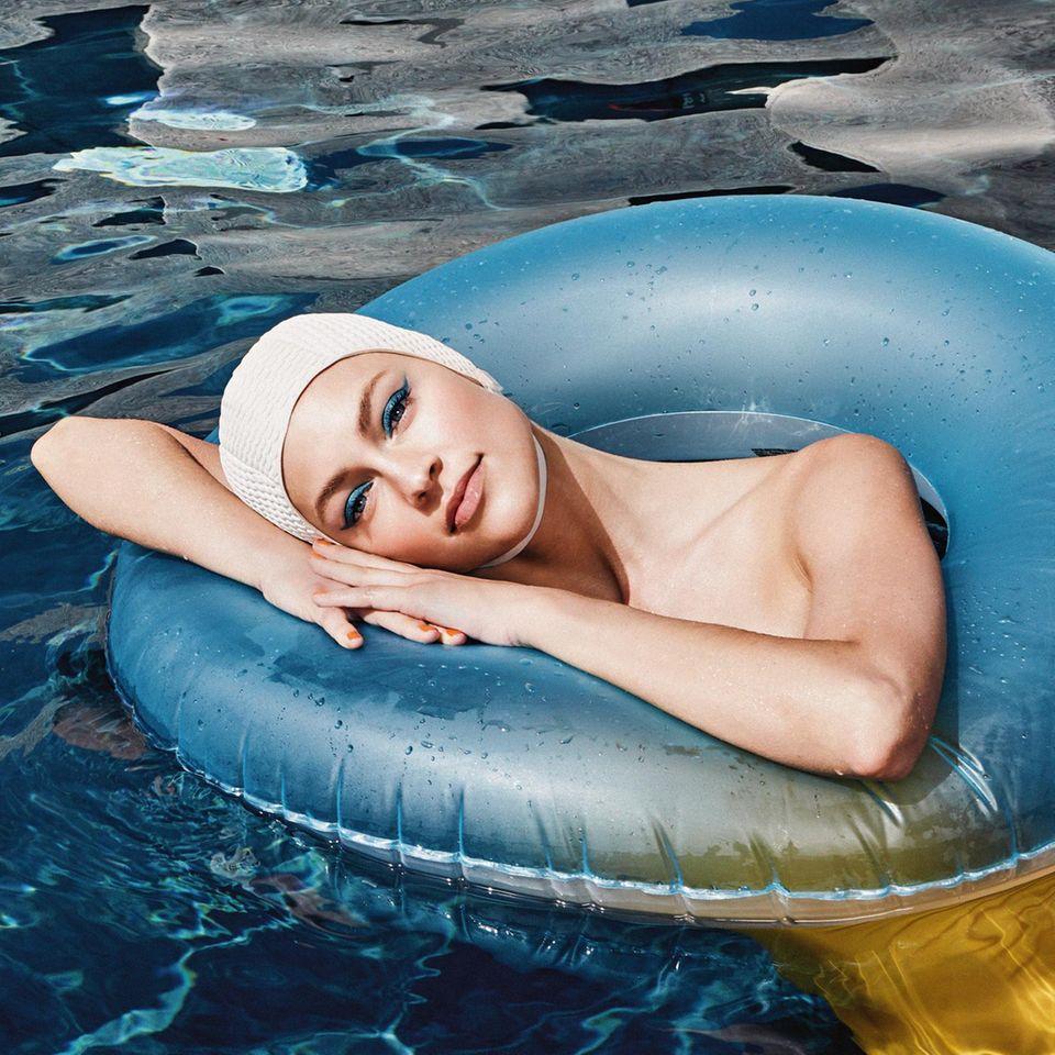 Make-up im Sommer: Model mit Badekappe im Schwimmreif