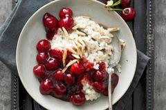 Kirsch-Rezepte: Mandelmilchreis mit Kirschgrütze