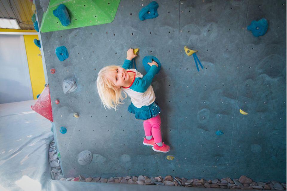 Kindergeburtstag Ideen: Kleinkind an einer Kletterwand