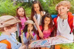 Kindergeburtstag Ideen: Kinder mit einer Schatzkarte