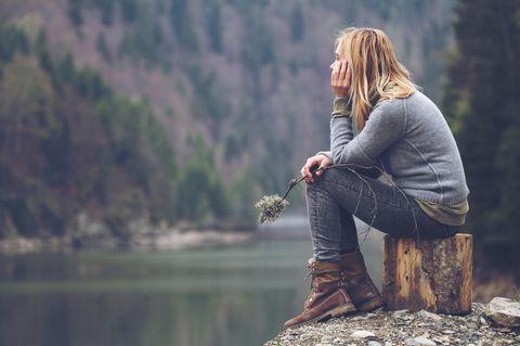 Was ist Resilienz?: Frau sitzt am Wasser