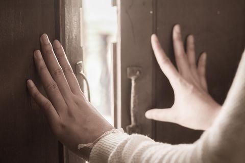Schicksalsschlag: Hände ausgestreckt an Tür