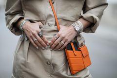 Schmuck 2020: Frau mit vielen Ringen an den Fingern