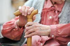 Lebensweisheiten einer 90-Jährigen: Eine alte Frau mit einem Gehstock