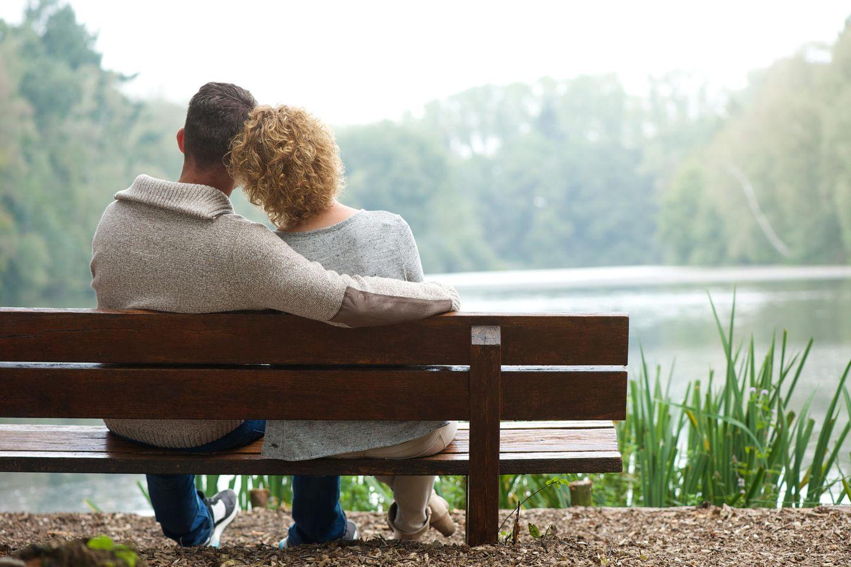Altersunterschied in der Beziehung: Frau und Mann auf Parkbank