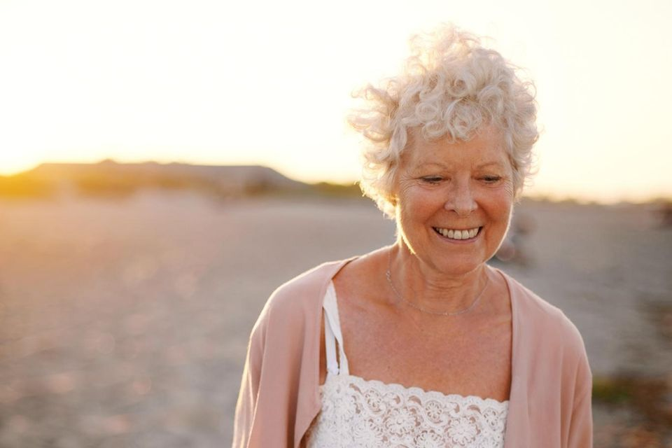 Langes Leben: ältere Dame am Strand