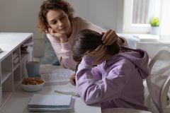 Corona-Eltern: Mutter tröstet Kind