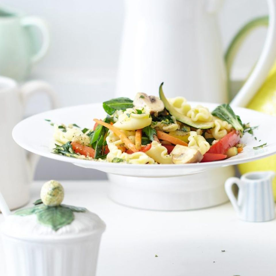 Nudel-Gemüse-Pfanne mit Topping