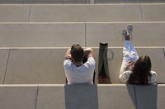 Kommunikation in der Beziehung: Paar sitzt genervt nebeneinander