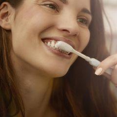 Mundhygiene: Frau beim Zähneputzen