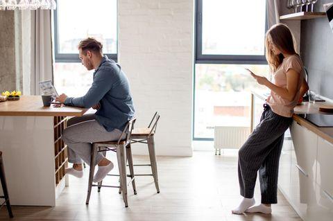 Whisper: Ein Paar zu Hause, das sich ignoriert