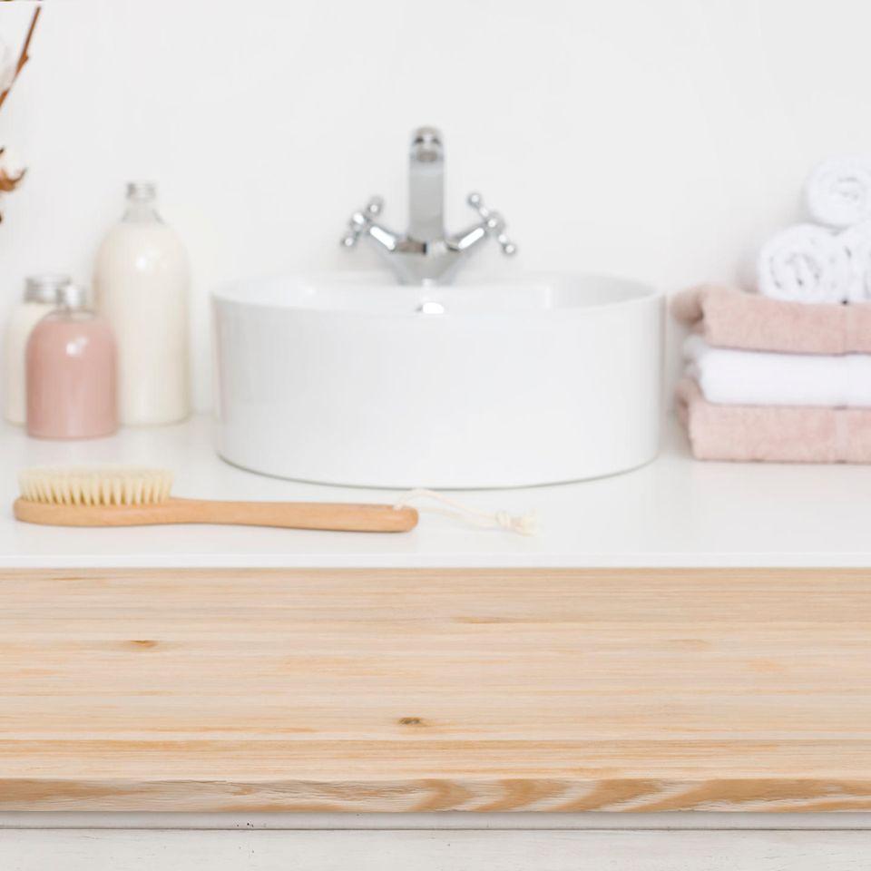 Badezimmer-Produkte: Waschbecken mit rosa Handtüchern