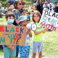 Kinder und Rassismus: Kinder demonstriere