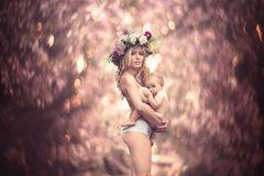 Stillfotos: Frau mit Baby auf dem Arm