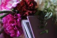 Mann plant Hochzeitstag nach Tod: Blumen und Buch