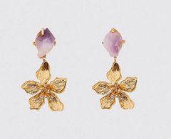 Ein echtes Statement setzt ihr mit dieses XXL-Ohrhängern im Blütendesign. Der stylische Schmuckstein in Flieder sorgt zudem für eine Extraportion Style. Von Zara, um 13 Euro.
