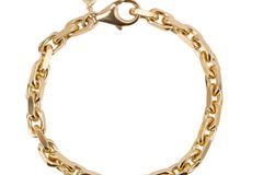 Ein bisschen klobig und genau deswegen ein Garant für einen coolen Style. Das Armband ist aus 925er Silber und mit einer 18-Karat-Zehnfachvergoldung versehen – also definitiv ein Schmuckstück für länger. Von Ohh Luilu, um 100 Euro.