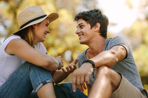 Dieses Wort verbessert deine Beziehung: Ein Pärchen sitzt draußen und redet