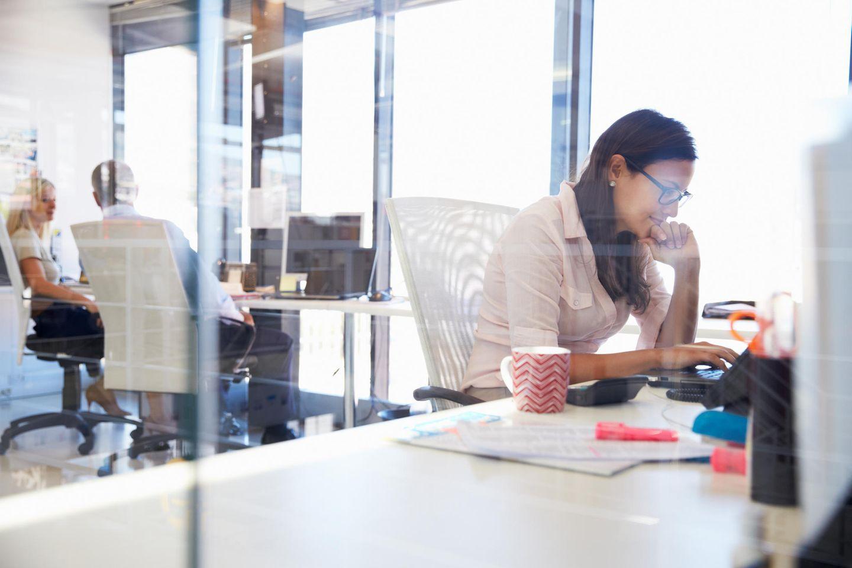 Rückkehr ins Büro: Frau am Schreibtisch