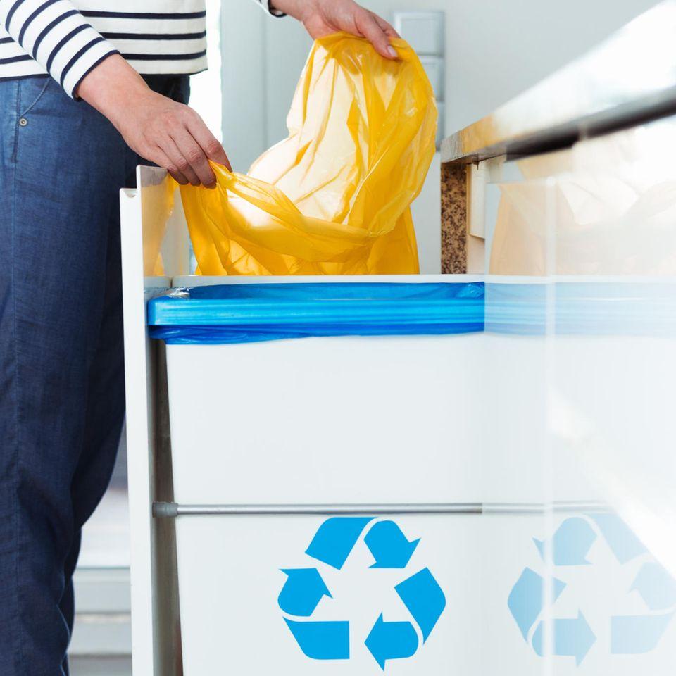 Mülltüte mit einem Handgriff wechseln: Dieser Trick spart Zeit