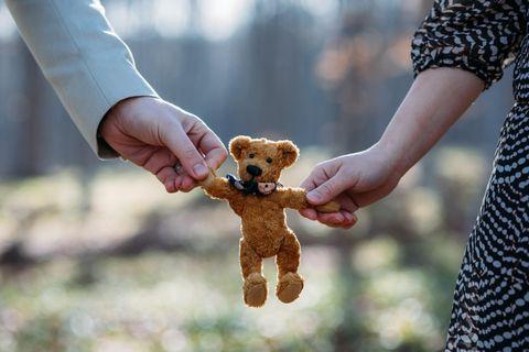 Paar wartet auf Baby ohne Sex: Teddybär in der Hand