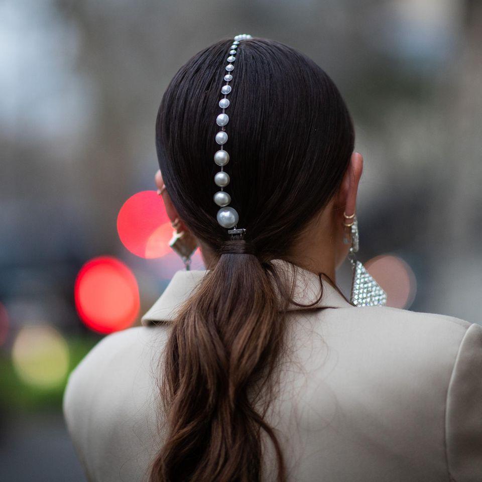 Trend-Pferdeschwanz: Frau mit Perlen im Haar