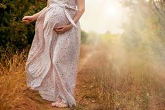 Frau bringt ihr Kind in der Natur zur Welt